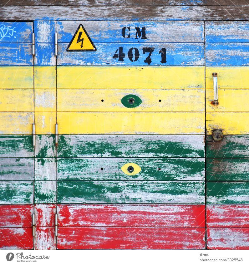 CM 4071 tageslicht farbe orientierung information zahl oldstyle linien streifen dreckig trashig schmutzig warnzeichen türgriff stromkasten holz verkleidung bunt