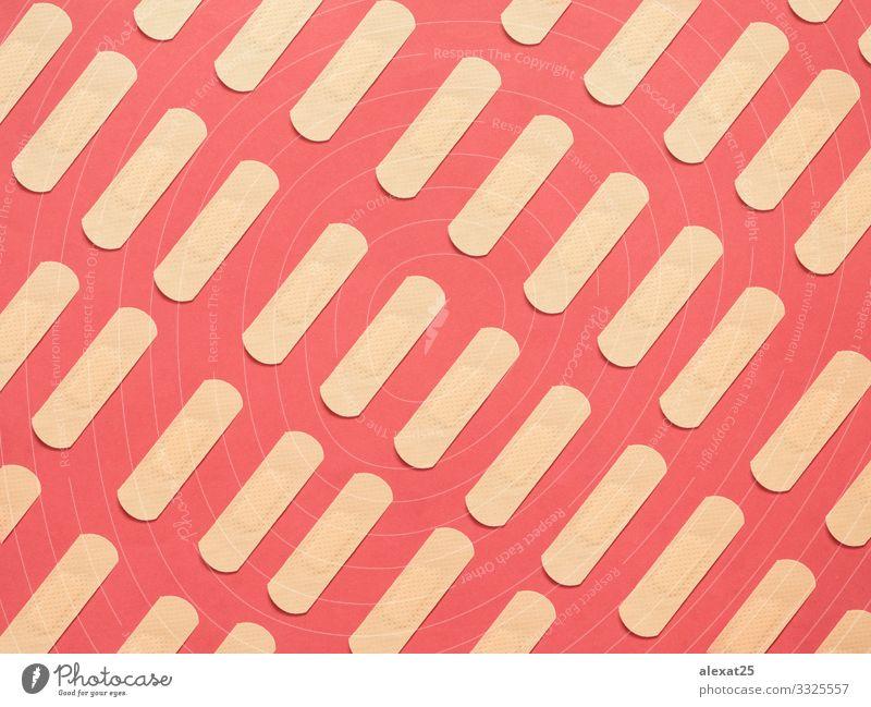 Bandhilfemuster auf rotem Hintergrund Design Haut Gesundheitswesen Medikament Krankenhaus weiß Schmerz Farbe Klebstoff Unterstützung bandagieren Kur Wunde