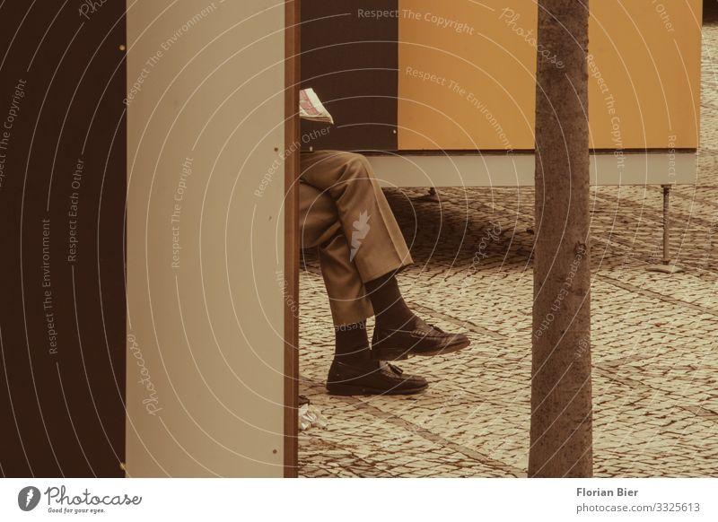 """Auszeit Mensch maskulin Erwachsene Beine 1 Erholung lesen sitzen träumen warten gelb gold ruhig seriös Stadt """"Lesen Pause Socken Hose Schuhe Füße Anzug Zeitung"""