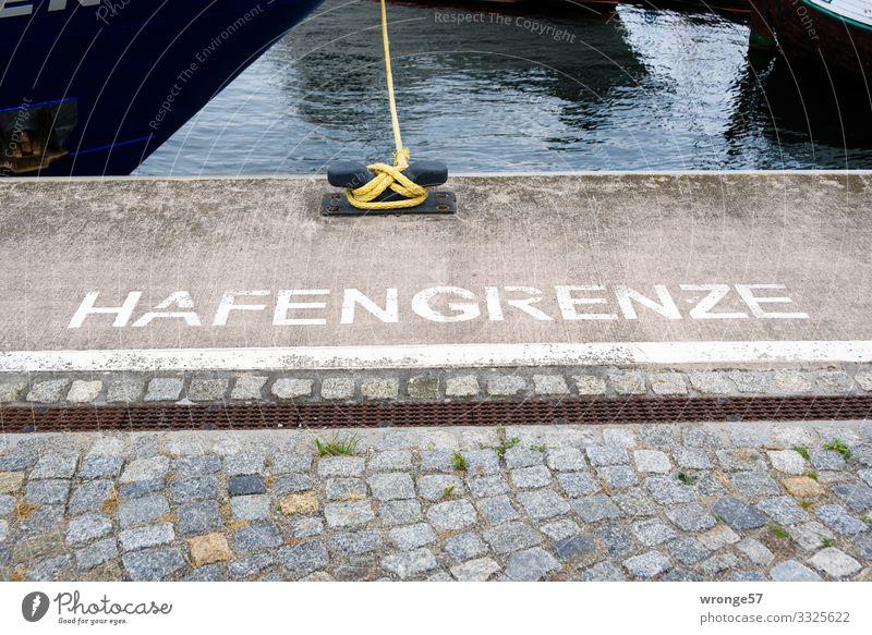 Geschriebenes | Hafengrenze blau weiß Stein braun Wasserfahrzeug Schriftzeichen Schilder & Markierungen Fußweg Seil Kopfsteinpflaster Grenze Anlegestelle