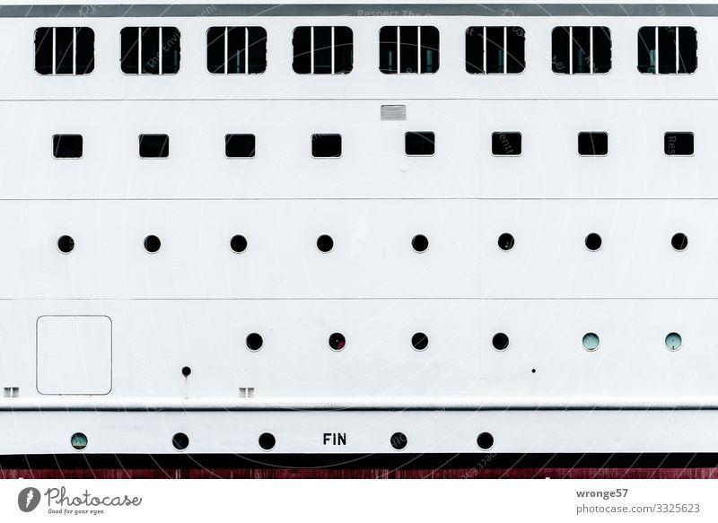 Bullaugen und Fenster eines Passagierschiffs Boot Schiff Bordwand Menschenleer Schifffahrt Außenaufnahme Farbfoto weiß schwarz rund eckig Nahaufnahme maritim