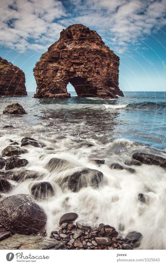 Portal Meer Wellen Natur Landschaft Himmel Wolken Schönes Wetter Felsen Küste gigantisch groß maritim blau braun weiß bizarr Farbe Ferien & Urlaub & Reisen