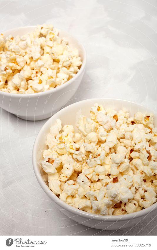 Popcorn auf farbigen Hintergründen Lebensmittel Fastfood Schalen & Schüsseln Lifestyle Entertainment Kino frisch lecker weiß Farbe Popkorn Snack Mais salzig