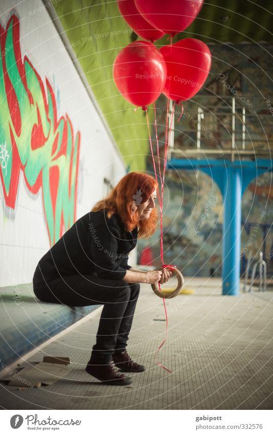 Liebesglück im Hallenbad Mensch Frau Jugendliche Junge Frau Freude Haus Erwachsene feminin Gebäude warten Herz Lebensfreude Luftballon Romantik Schwimmbad