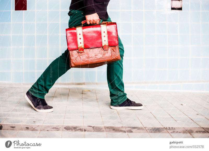 thanx god - it´s friday!!!!! Mensch maskulin Junger Mann Jugendliche Aktenkoffer Schuhe gehen laufen Stress Konkurrenz Leistung Netzwerk Perspektive stagnierend