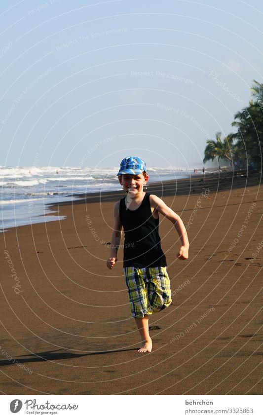 jetzt aber schnell | in mamas arme Sonnenlicht Außenaufnahme Farbfoto Spielen Fröhlichkeit Himmel Karibisches Meer Costa Rica laufen rennen Fernweh Horizont