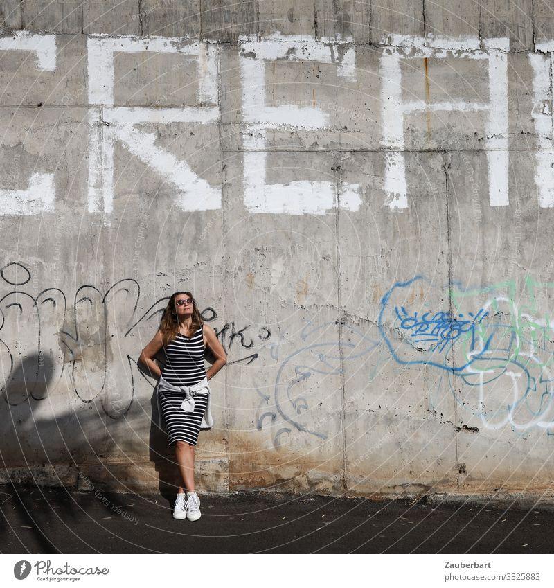 CREAM Stil Ferien & Urlaub & Reisen Städtereise Sommer Sonne feminin Junge Frau Jugendliche Erwachsene 1 Mensch 30-45 Jahre Fassade Kleid Sonnenbrille Turnschuh