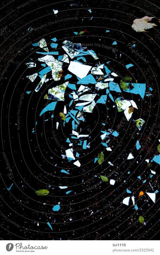 Spiegel zerbrochen Garten Glas mehrfarbig schwarz Wand Mosaik Reflexion & Spiegelung Spitze gefährlich Rückseite Schade Sturm kaputt Scherbe Außenaufnahme