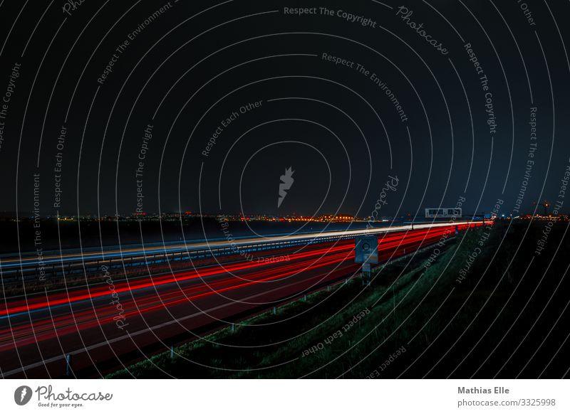 Autobahn mit Leuchtspuren von Autos in der Nacht Verkehr Verkehrswege Autofahren Straße Fahrzeug PKW Geschwindigkeit rot schwarz weiß Eile Raser Verkehrsstau