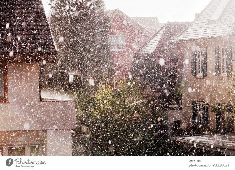 Sommerregen Regen Sonnenlicht hell Wohnhaus warm platzregen Erfrischung