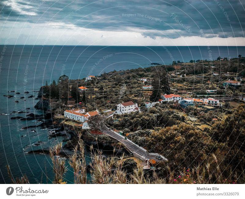 Stadt an der Atlantikküste (Azoren) Natur Wasser Wolken Gewitterwolken Sommer Klimawandel schlechtes Wetter Sträucher Hügel Küste Meer Dorf Fischerdorf