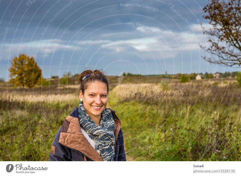 fröhliche junge Frau lachen Natur entspannt glücklich Porträt zufrieden lächeln Freude zuversichtlich Auszeit Herbst Schal optimistisch Ausflug Wiese millenials