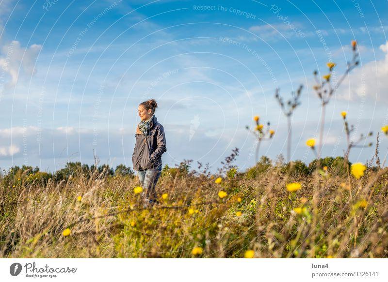 fröhliche junge Frau lachen Natur entspannt einsam glücklich alleine Porträt zufrieden lächeln Einsamkeit Ruhe Freude zuversichtlich Auszeit Herbst Schal