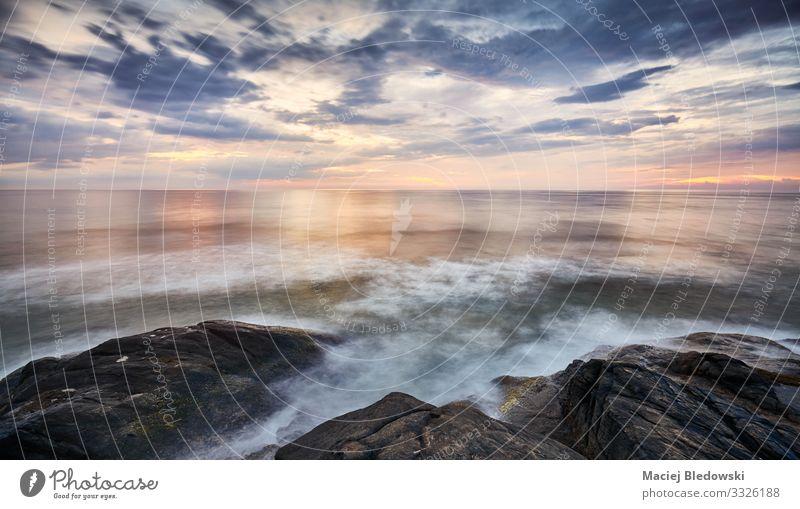 Landschaftlicher Sonnenuntergang über dem Wasser von der felsigen Küste aus gesehen. Ferien & Urlaub & Reisen Ferne Freiheit Sommer Sommerurlaub Meer Natur