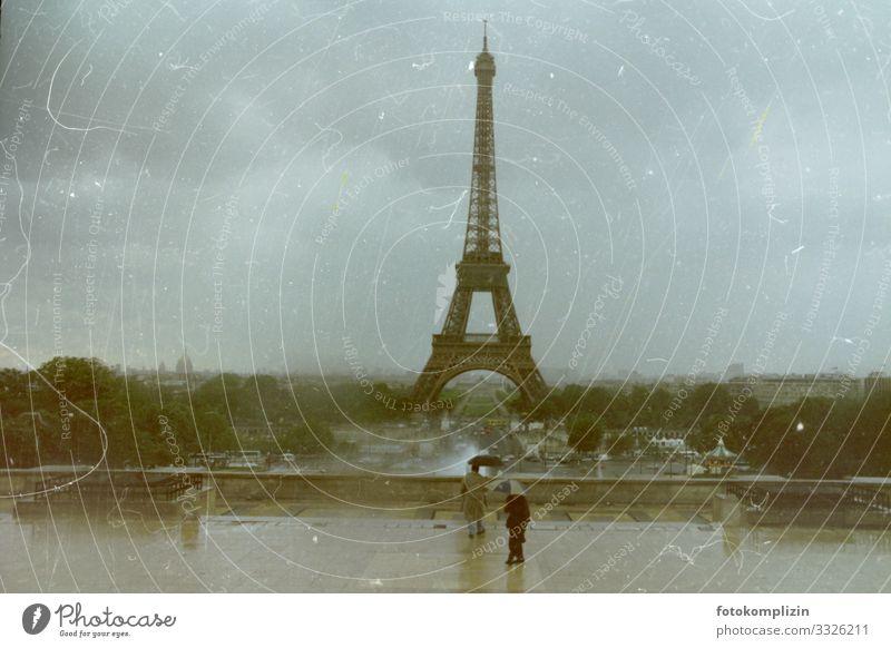 eiffel turm paris Ferien & Urlaub & Reisen Ausflug Sightseeing Städtereise schlechtes Wetter Unwetter Wind Sturm Nebel Regen Paris Frankreich Hauptstadt Turm