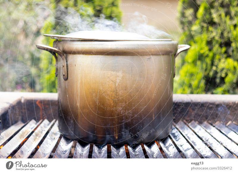 Zubereitung von Suppe in einem Topf, in der Natur. Fleisch Eintopf Ferien & Urlaub & Reisen Camping Küche Wärme Wald Wohnmobil Metall groß heiß Tradition