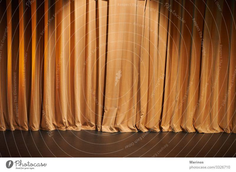 Braune Vorhänge eines Theaters als Hintergrund. Entertainment Preisverleihung Kunst Konzert Orchester Kino Stoff dunkel Gardine Schauplatz Samt Film Leistung