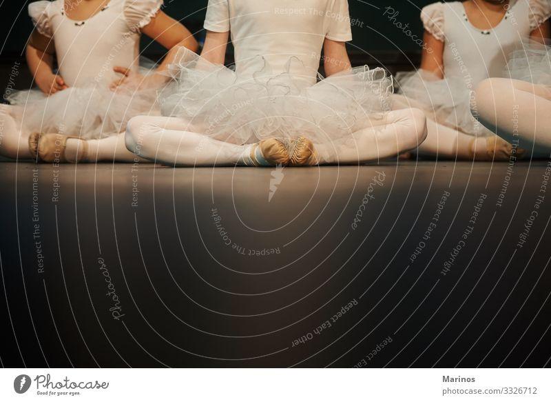 Nahaufnahme der Beine von Ballerinas während einer Aufführung.Balletttänzer. elegant schön Tanzen Frau Erwachsene Kunst Tänzer Schuhe modern schwarz weiß