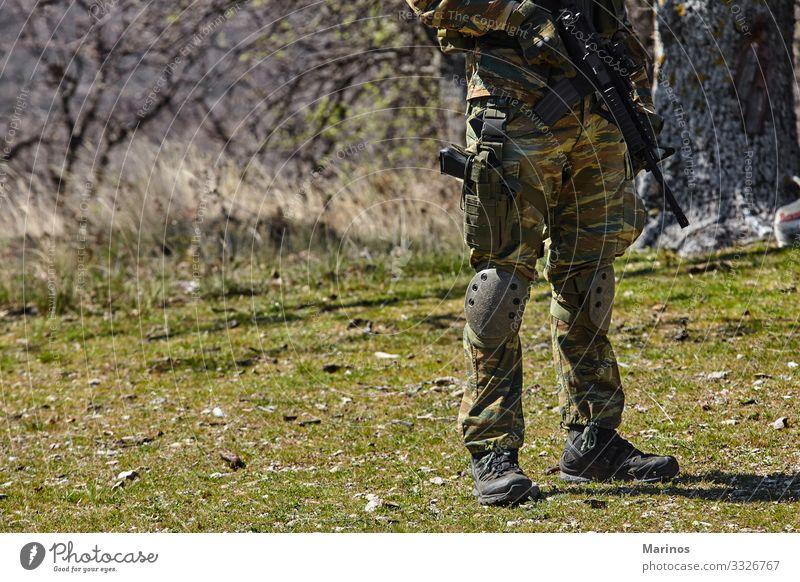 Bewaffneter Soldat, bereit für die Schlacht. Militärisches Konzept. Mann Erwachsene Krieg Armee Training virtuell Waffe Hintergrund Entwurf Gefecht Schießen