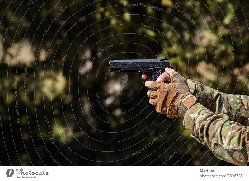 Die Hand des Soldaten zeigt mit einer Waffe. Militärisches Konzept. Mann Erwachsene Krieg Armee Training virtuell Hintergrund Entwurf Gefecht Schießen Halt