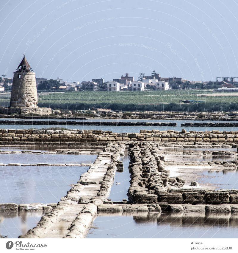 erhöhte Salzkonzentration in Küstennähe Sonnenlicht Tag Pastellton blassblau salzig Becken Ferne Vergangenheit nachhaltig maritim hell heiß Wasser Stein Mühle