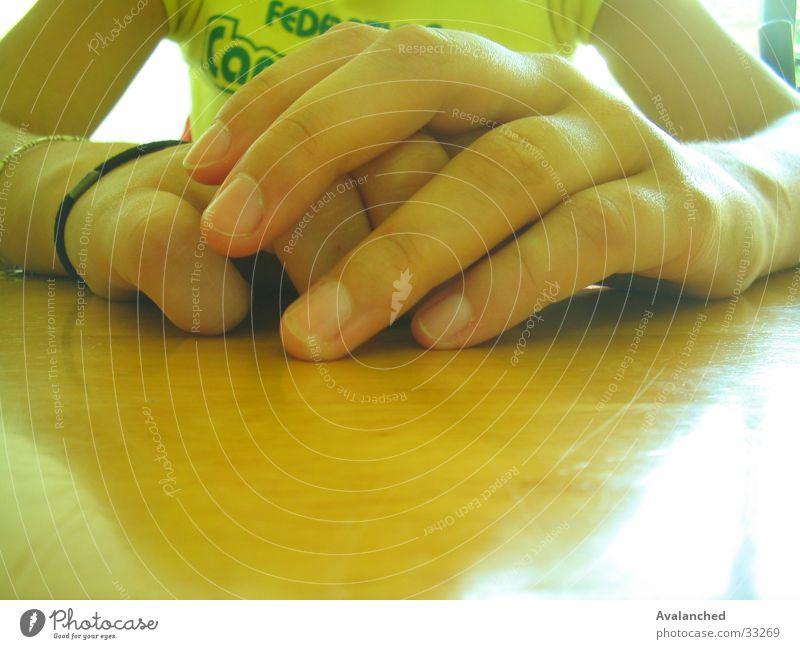 Hände Hand Nagel Tisch Holz Mensch Arme Tollerei