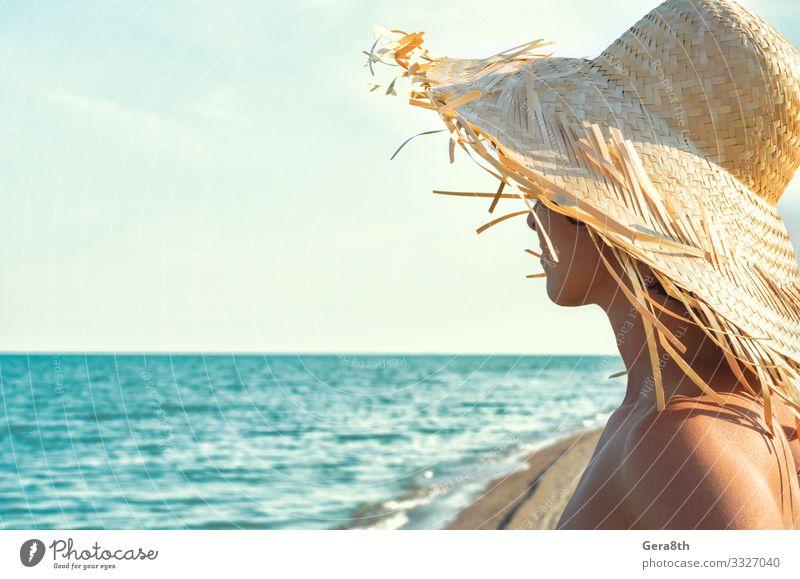 junges Mädchen mit Strohhut auf dem Hintergrund des Meeres Körper Haut Ferien & Urlaub & Reisen Sommer Strand Wellen Frau Erwachsene Natur Landschaft Himmel