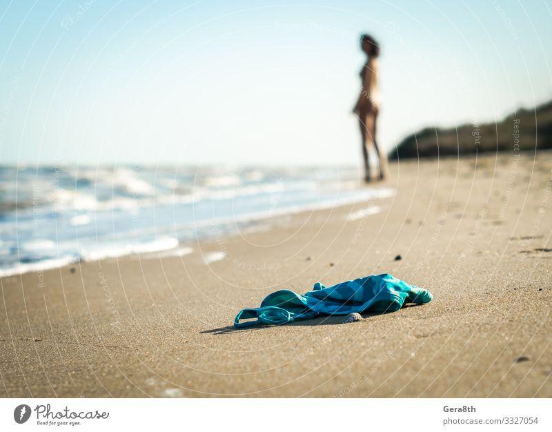 Badeanzug am Strand auf dem Hintergrund einer nackten weiblichen Figur Sommer Meer Wellen Junge Frau Jugendliche Natur Sand Himmel Horizont Wärme Küste