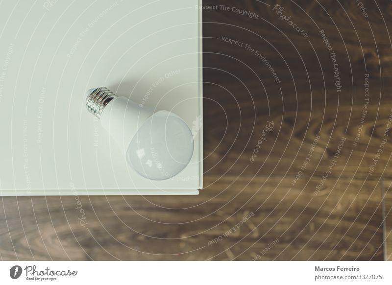 weiße Bleibirne auf weißen Möbeln Industrie Illumination Haus Wohnzimmer Leuchtdiode Energie Menschenleer Leuchtkraft ökologisch wirkungsvoll vereinzelt Licht