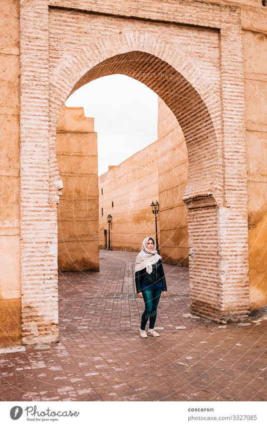 Arabische Frau auf den Straßen von Marrakesch, Marokko Lifestyle elegant exotisch Ferien & Urlaub & Reisen Tourismus Ausflug Sightseeing Winter Hausbau Mensch