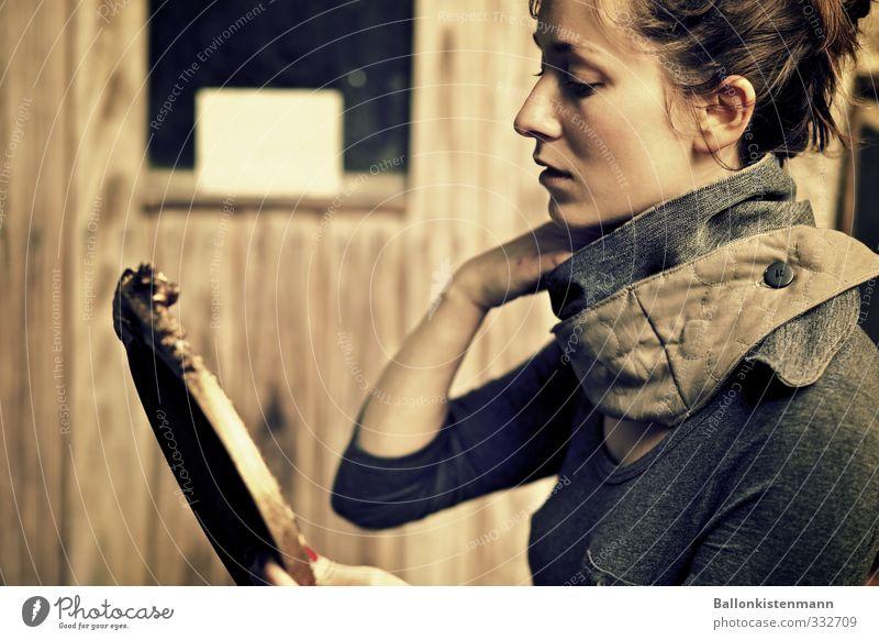 der knöpfschal. kaufen elegant Stil Design feminin Junge Frau Jugendliche 1 Mensch Schal ästhetisch trendy schön einzigartig natürlich retro braun Identität