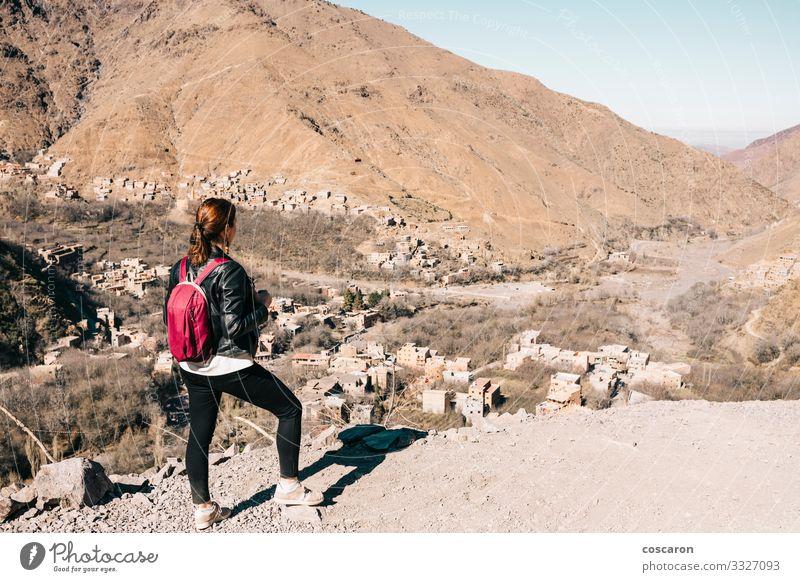 Junge Touristen wandern in den Bergen Marokkos Lifestyle schön Ferien & Urlaub & Reisen Tourismus Ausflug Abenteuer Expedition Sonne Berge u. Gebirge Mensch