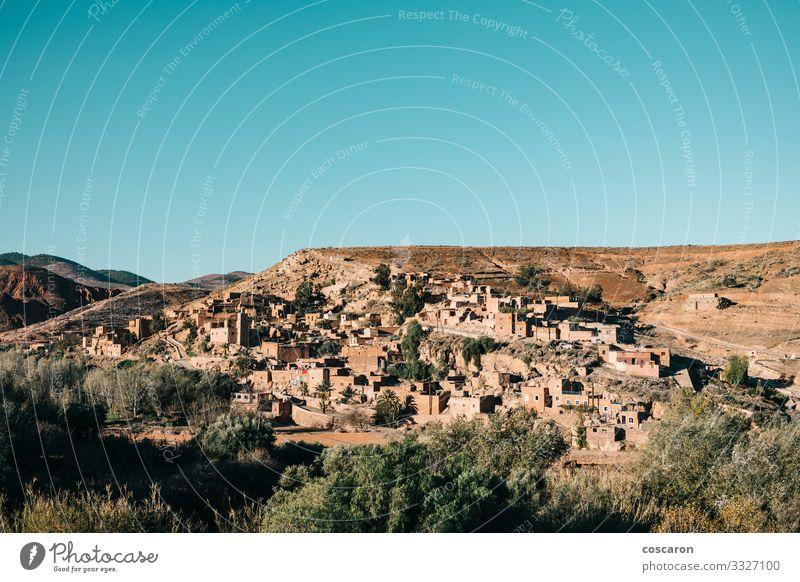 Das Berberdorf Asni besteht aus Lehmhäusern Ferien & Urlaub & Reisen Tourismus Berge u. Gebirge wandern Haus Natur Landschaft Himmel Baum Wiese Feld Hügel Dorf