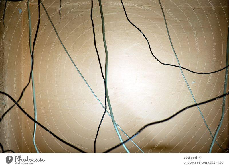 Kabel chaotisch durcheinander Elektrizität Installationen Irrgarten Menschenleer Rätsel Schreibtisch Textfreiraum unordentlich Häusliches Leben Leitung