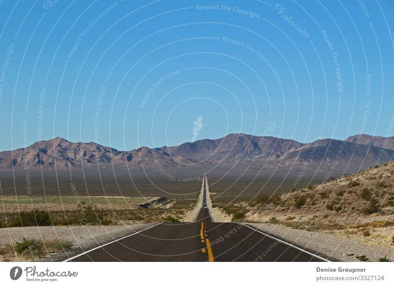 lonely road in Death Valley National Park in the USA Ferien & Urlaub & Reisen Strand Umwelt Natur Landschaft Himmel Wolkenloser Himmel Klima Klimawandel Wetter