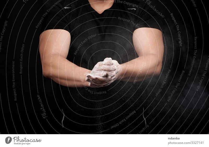 muskulöser Athlet in schwarzer Uniform Lifestyle Körper Fitness Sport Leichtathletik Mensch Mann Erwachsene Hand Finger sportlich stark weiß Kraft Magnesia
