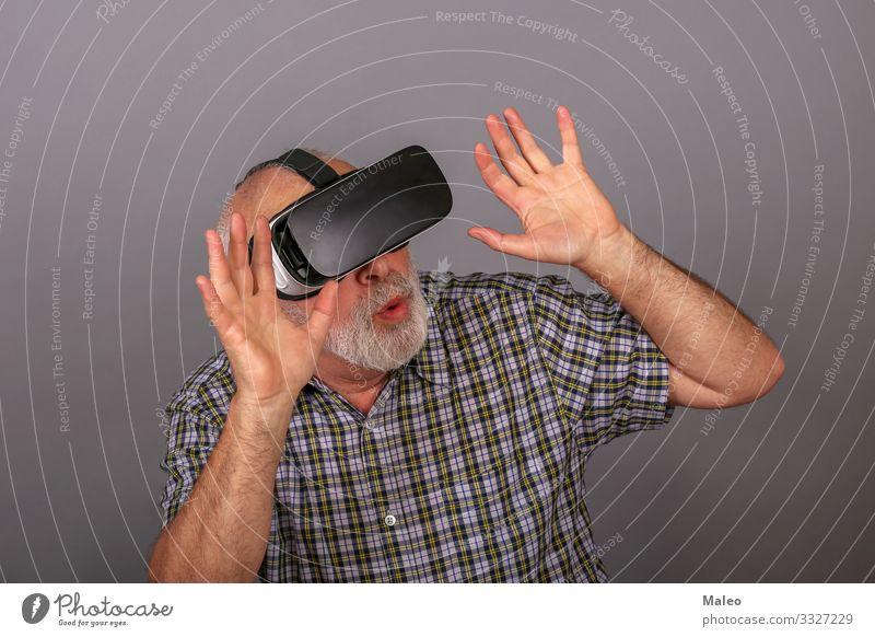 Mann, der eine Brille mit virtueller Realität trägt. Studioaufnahme, grauer Hintergrund wirklich vr Panorama (Bildformat) Spielen Technik & Technologie gadget