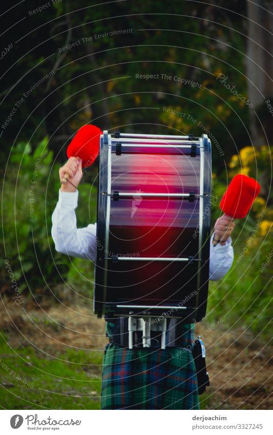 Hier spielt die Musik. Ein paar Hände schlagen auf auf eine Trommel, die umgeschnallt ist. Farblich sehr schön. Freude Leben Spielen Ausflug Sportveranstaltung