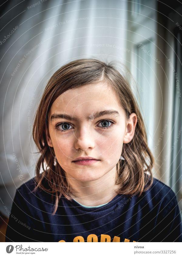 Junge mit schulterlangen Haaren schön Kindererziehung Schulkind Schüler Mensch maskulin Kindheit Jugendliche Kopf Haare & Frisuren Gesicht Auge Mund 1