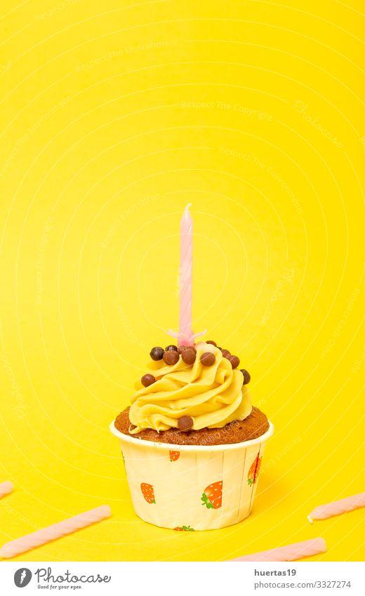 Hausgemachter Geburtstagskuchen mit Kerze Lebensmittel Dessert Süßwaren Schokolade Glück Dekoration & Verzierung Feste & Feiern Schnur lecker gelb Farbe Kuchen