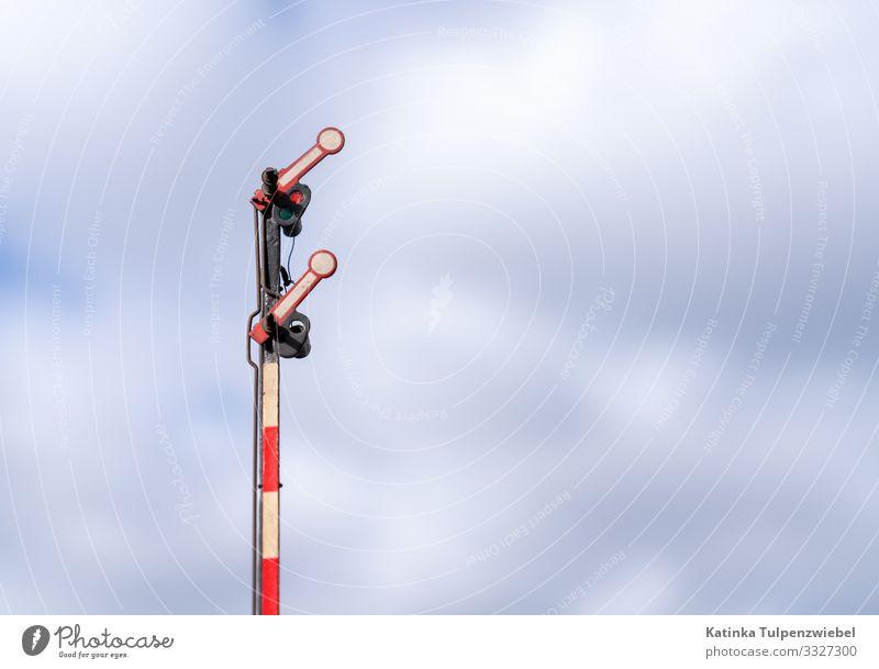 Zweiflügeliges Flachmastsignal (Eisenbahn Modellbau) Himmel Verkehrswege Schienenverkehr Bahnfahren Lokomotive Dampflokomotive Schienenfahrzeug Bahnhof Gleise