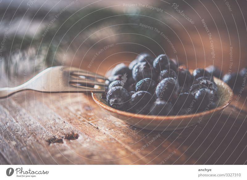 Heidelbeeren mit Gabel Lebensmittel Frucht Ernährung Frühstück Bioprodukte Schalen & Schüsseln Lifestyle Stil Tisch Stein Holz Essen genießen gut lecker saftig