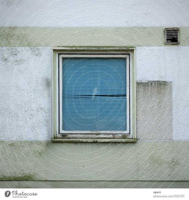 Durchblick Gebäude Mauer Wand Fenster Jalousie Rollo Stein Beton Glas alt dreckig Stadt blau grau grün stagnierend Unbewohnt Gedeckte Farben Außenaufnahme