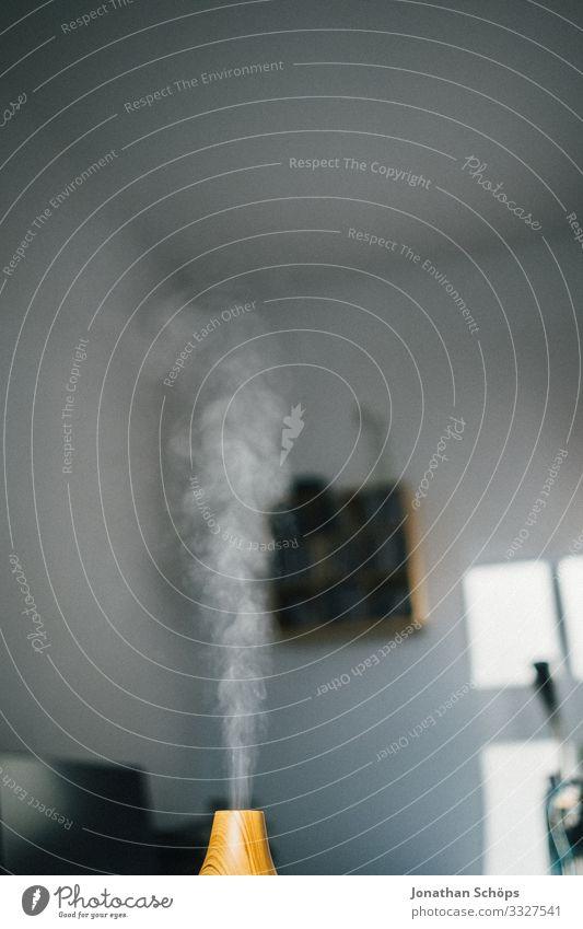 Wasserdampf vom Raumluftbefeuchter Holz trendy Ultraschallvernebler Innenaufnahme Büro Wohnung Rauch aromatisch Aromatherapie trocken Luft Nebel Raumbefeuchter