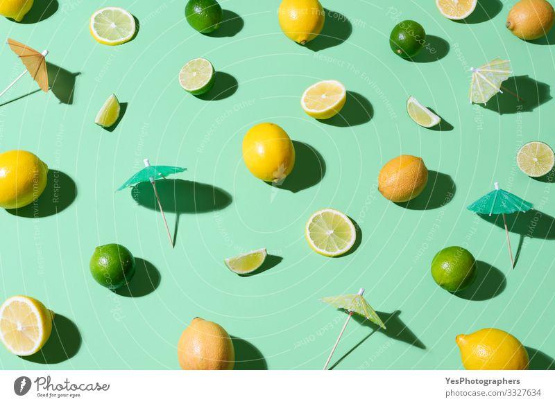 Limetten, Zitronen und Cocktailschirme. Sommer-Hintergrund Lebensmittel Frucht Schönes Wetter frisch Aquaminthe heiter Zitrusfrüchte Cocktail-Zutaten farbenfroh