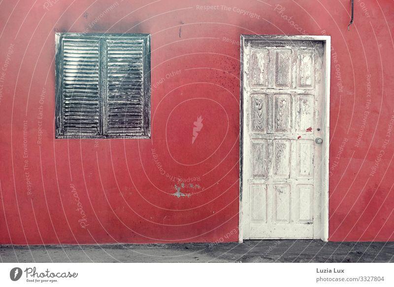 Rote Wand, alte Tür Dorf Stadtzentrum Altstadt Menschenleer Haus Einfamilienhaus Gebäude Mauer Fassade Fenster Holz schön Nostalgie verfallen morbid rot weiß