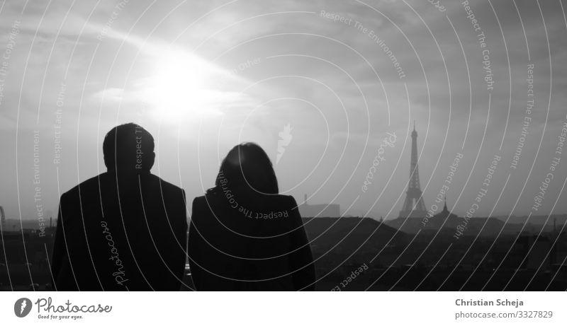 Paris Sightseeing Städtereise Mensch Paar Partner 2 Hauptstadt Skyline Turm Sehenswürdigkeit Tour d'Eiffel beobachten Kommunizieren sprechen träumen grau