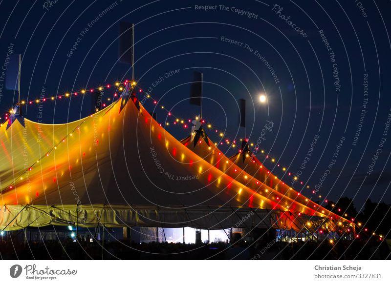 Under the moon Nachtleben Musikfestival Zirkuszelt Bühnenbeleuchtung Rockkonzert Jugendkultur Veranstaltung Show Konzert Open Air Feste & Feiern Musik hören