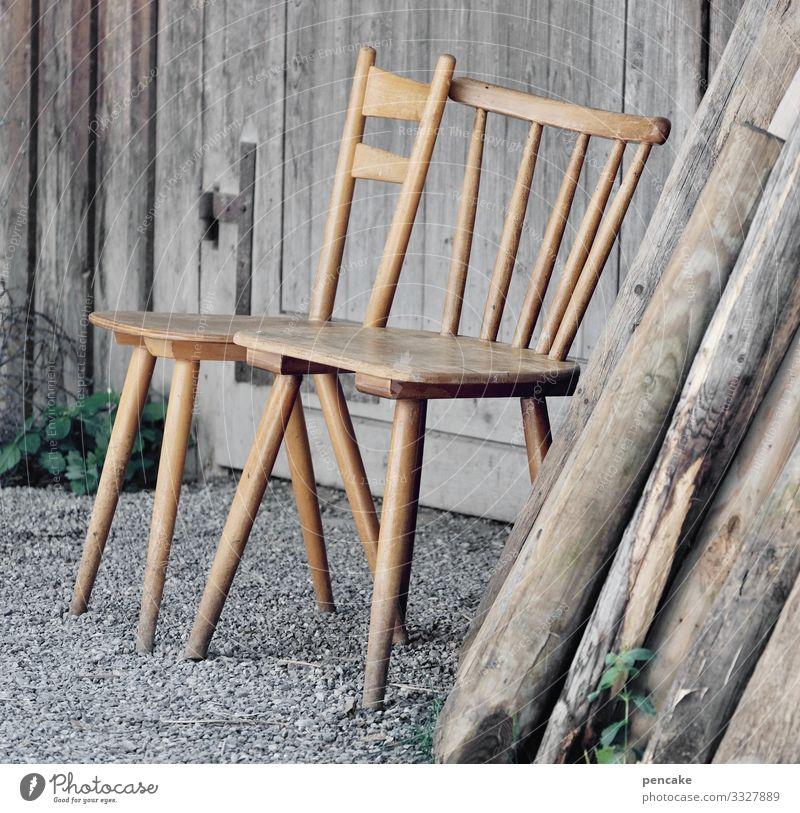 menschenleer | corona thoughts Stühle Holz Hütte verlassen zwei Sitzplatz einsam Farbfoto Tag alt Einsamkeit ruhig Ausgangssperre