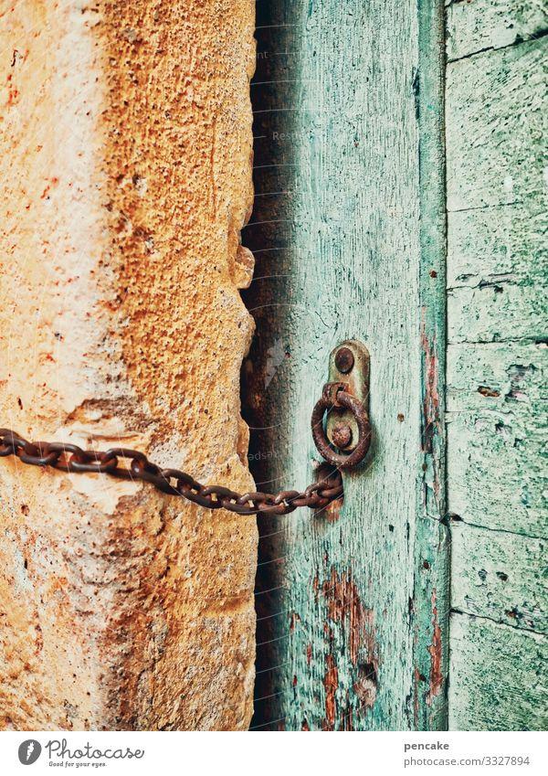 kettenreaktion Kette Tür alt Eingang verschlossen Schloß grün gelb Italien Mauer Fassade Architektur Außenaufnahme Bauwerk Haus Wand Farbfoto Eingangstür